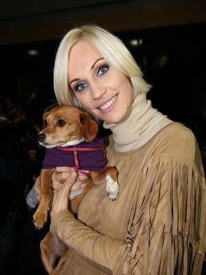Ingrid Grudke con un perrito que luce un abrigo de Amores Perros Boutique Canina Foto: Amores Peros